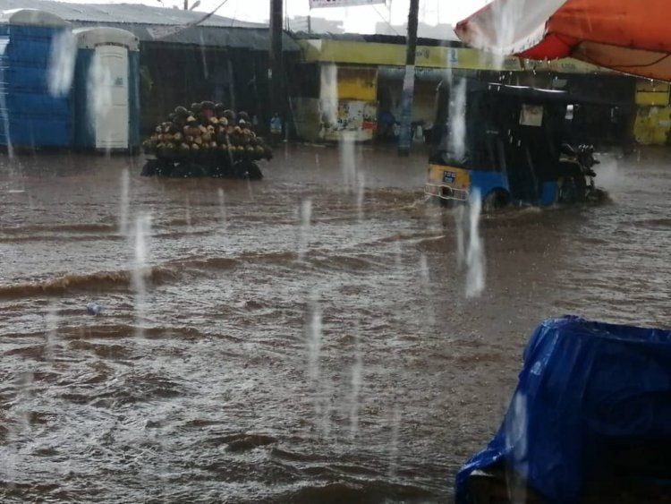 20 Minutes Rain Floods Kumasi Major Business Centres, Drivers, Passengers, And Traders Worried